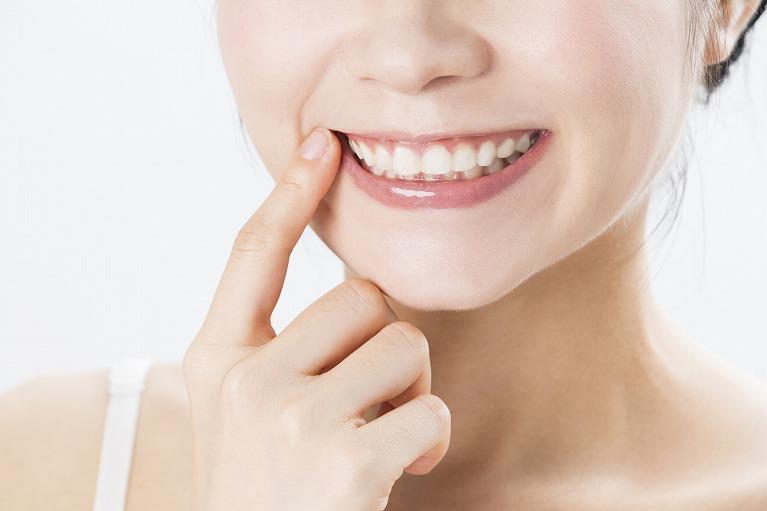 装置を付けずに短期間で歯並び治療「セラミック矯正 」