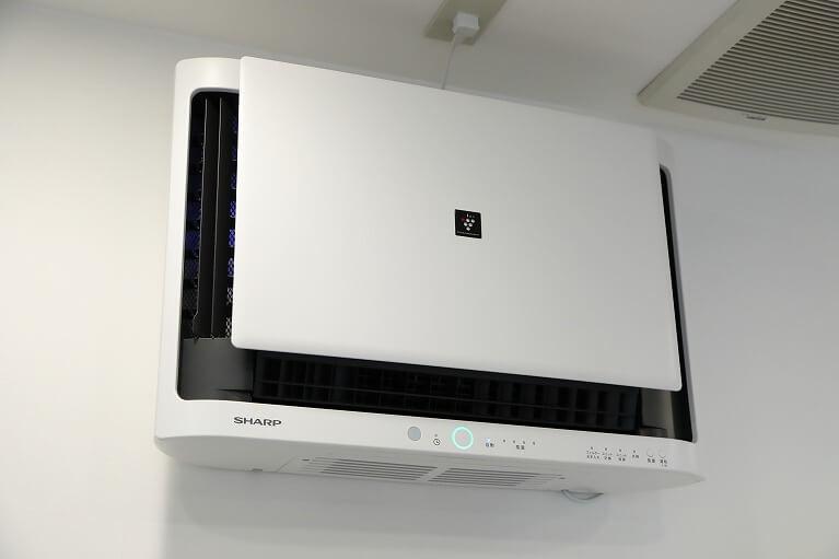 業務用空気清浄機とチェアごとに空気清浄機を設置